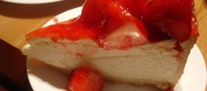עוגת גבינה לא אפויה עם תותים/אוכמניות